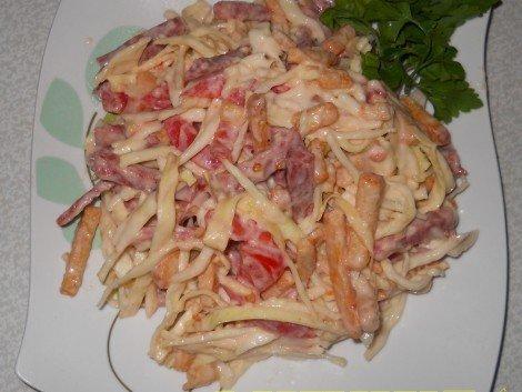 салат с пекинской капустой и колбасой с сухариками