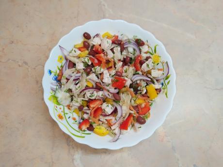 Яркий салат из простых продуктов, ну просто очень вкусный