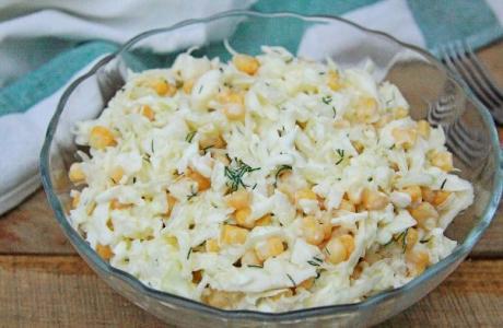 Салат из капусты с кукурузой и яйцами