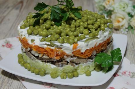 Вкусный и простой слоёный салат с куриной печенью: репетиция к Новому году