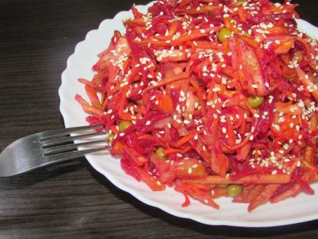 Когда до зарплаты пару дней, но хочется вкусно поесть, готовлю такой салат. Выручает!