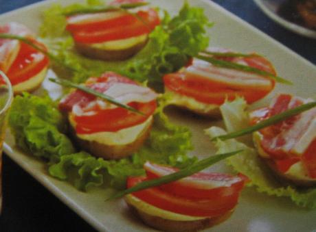 Картофельные тартинки с помидорами и сырокопчёным беконом отлично подойдут для закуски или перекуса