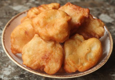 """Нарезаю яблоки, кладу в тесто и готовлю настоящую """"вкуснятину"""": делюсь рецептом нашим любимых яблочных пончиков"""